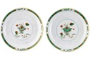 A PAIR OF LARGE DISHES FAMILLE VERTE AND CAFÉ-AU-LAIT, CHINA, QING DYNASTIE, KA