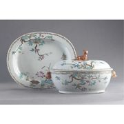 A CHINESE EXPORT OVAL SOUP TUREEN, COVER AND STAND