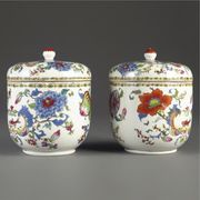 A PAIR OF CHINESE EXPORT 'CRESTED' JARS AND COVERS