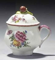 AN 18TH CENTURY MENNECY SOFT-PASTE PORCELAIN GADROONED CREAM POT AND COVER
