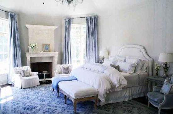 Cette jolie chambre en bleu et blanc est une réalisation du designer ...